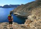 Cabo de Gata, Hiszpania. Cabo de Gata to Park Narodowy na po�udniowo - wschodnich wybrze�ach Hiszpanii. Tam te� ukryte s� jedne z najpi�kniejszych i najmniej t�ocznych pla� Hiszpanii. Pop�ywajcie w morzu pod masywnymi klifami Almerii, gdzie wulkaniczne ska�y ��cz� si� z turkusow� wod�.