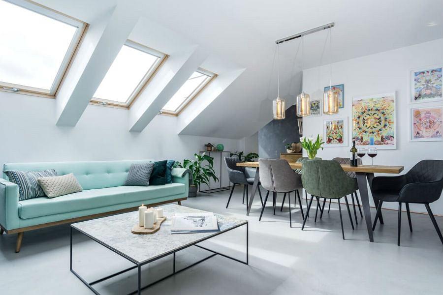 Piękny jasny salon z miętową sofą