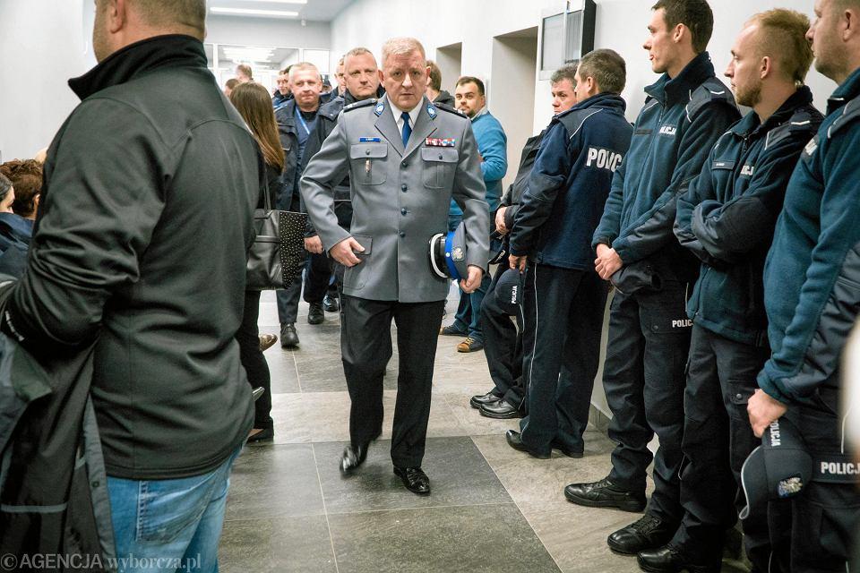 11 kwietnia 2017 r. Andrzej Szary (w środku) w poznańskim sądzie na procesie jednej z policjantek
