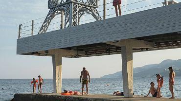 Prywatna Plaża Massandrowska w Jałcie jest miejscem, które odwiedza każdy turysta. Organizowane są tu darmowe zajęcia dla dzieci i dorosłych, m.in. joga, imprezy taneczne i koncerty. Wejście na plażę jest bezpłatne