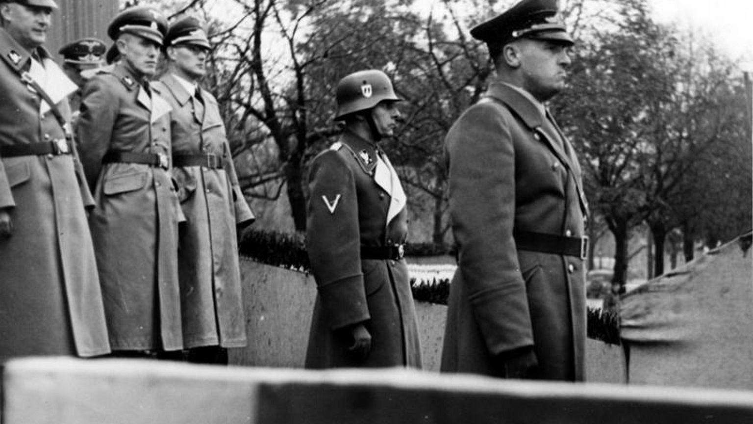 Hans Frank (z prawej) podczas parady policyjnej w okupowanym Krakowie, 1939 r.