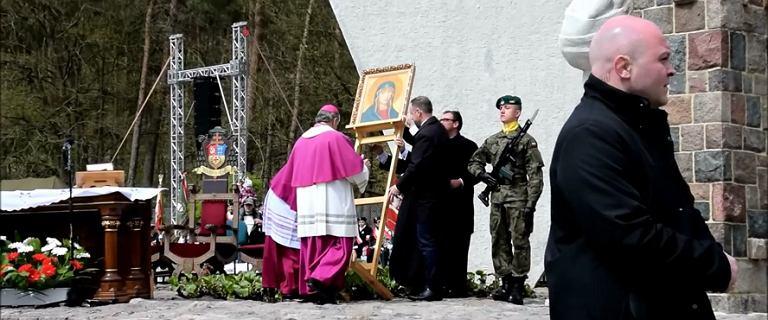 Prezydent pomaga podnieść obraz Matki Boskiej