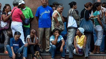 Kryzys w Wenezueli. Emeryci czekają w kolejce przed bankami w Caracas, aby spróbować wypłacić gotówkę. 3.09.2018