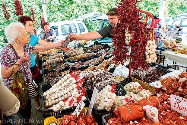 Smakołyki z lokalnego targu wHéviz: stoisko z suszoną papryką.
