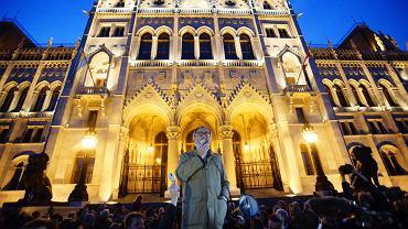 Sobotni protest przeciwko zamknięciu 'Népszabadság' przed budynkiem parlamentu w Budapeszcie. Przemawia filozof Gáspár Miklós Tamás