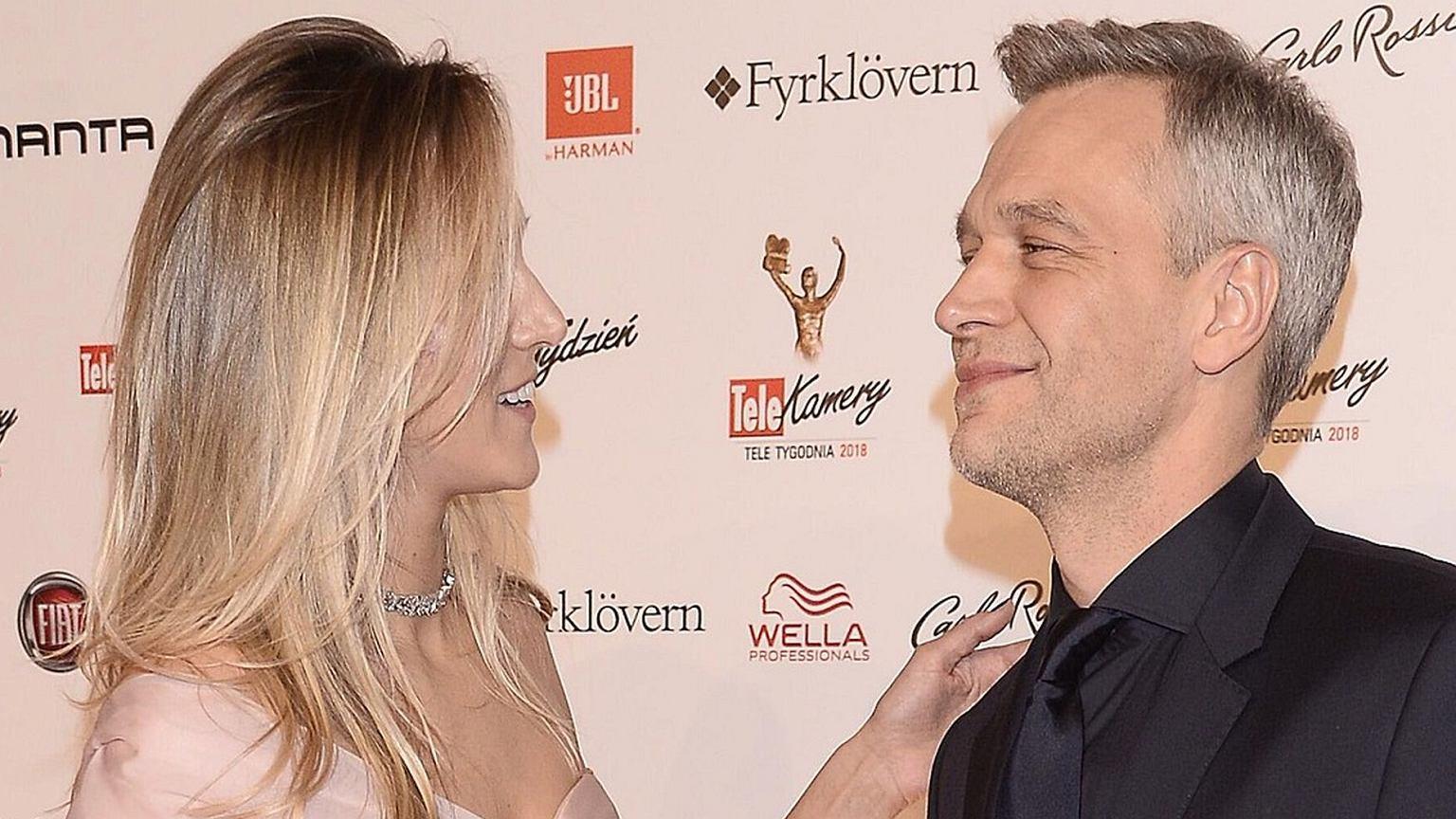 Telekamery 2018. Michał Żebrowski zdobył statuetkę, ale to jego żona błyszczała na czerwonym dywanie. Spójrzcie na dół sukni