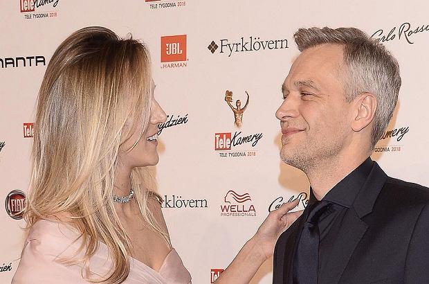 Zdjęcie numer 1 w galerii - Telekamery 2018. Michał Żebrowski zdobył statuetkę, ale to jego żona błyszczała na czerwonym dywanie. Spójrzcie na dół sukni