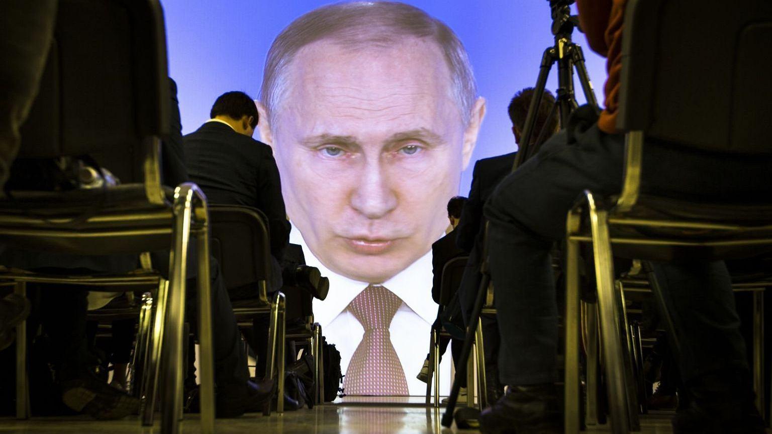 Władimir Putin na wielkim ekranie wygłasza orędzie do narodu rosyjskiego