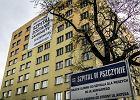 Baner na budynku szpitala w Pszczynie