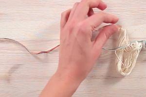 Błyszcząca bransoletka z metalowymi nakrętki