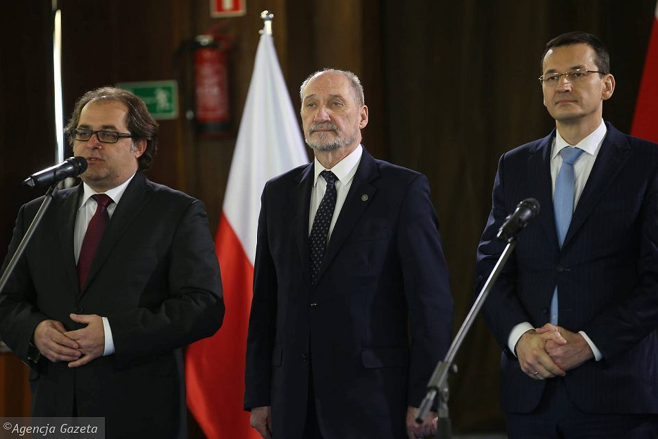 Minister Marek Gróbarczyk, minister Antoni Macierewicz i wicepremier Mateusz Morawiecki obiecują 'odbudowę' wielkiej stoczni w Szczecinie