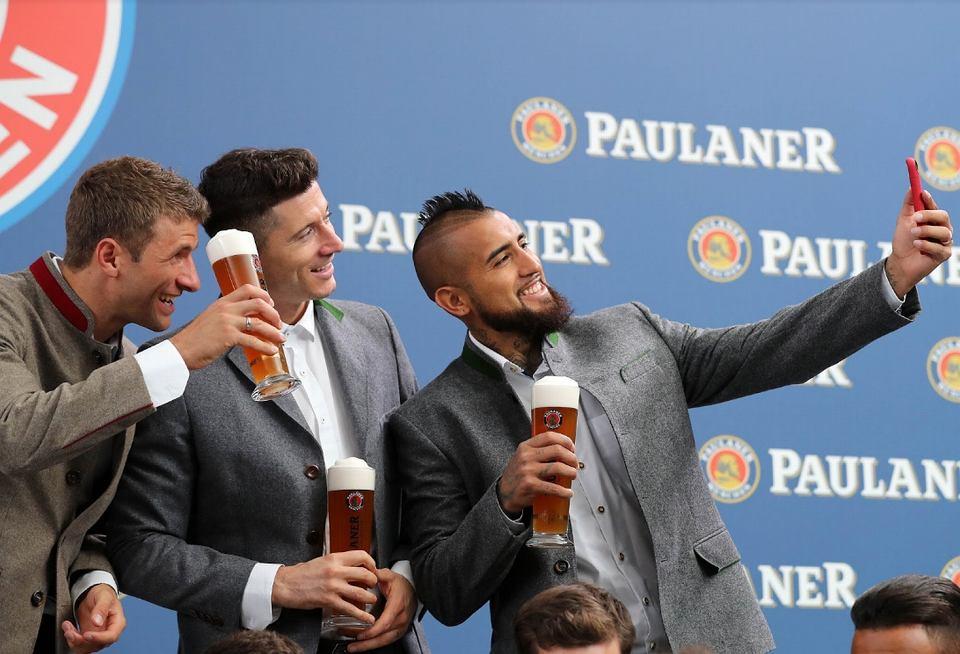 Zdjęcie numer 0 w galerii - Robert Lewandowski w skórzanych spodniach i z kuflem piwa. Polak błyszczał na corocznej imprezie Bayernu