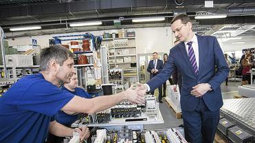 KWicepremier Matusz Morawiecki podczas wizyty w hali montazowej firmy MEDCOM
