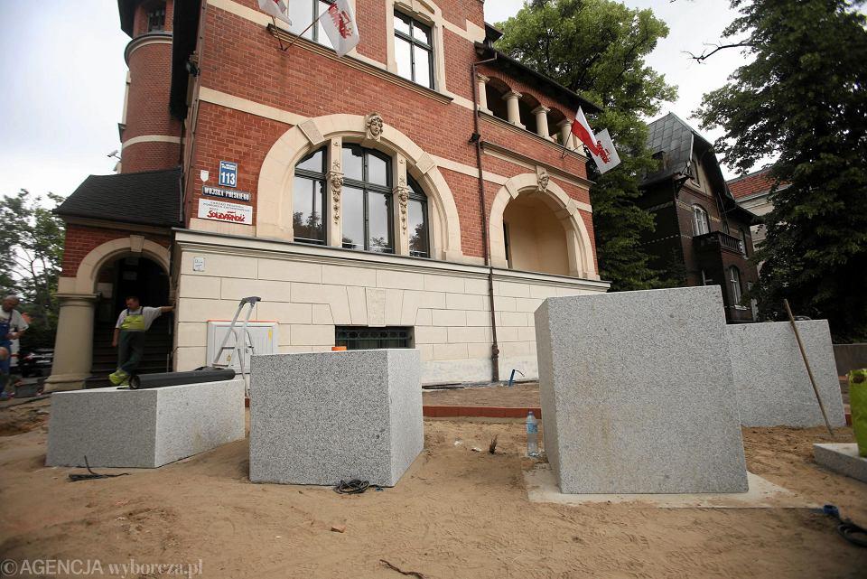 Granitowe bloki, które będą częścią szczecińskiego pomnika Lecha Kaczyńskiego. Tak wyglądały we wtorek