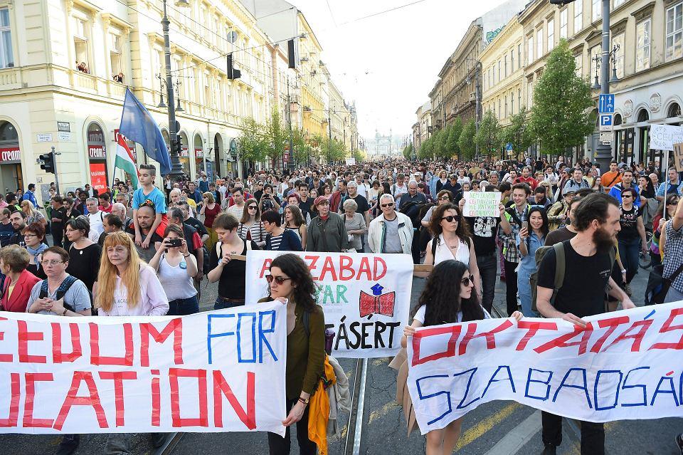 Budapeszt w niedzielę 2 kwietnia, protest przeciwko zmianom w ustawie o organizacjach pozarządowych