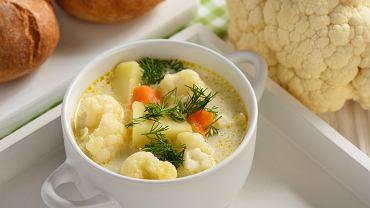 Zupa kalafiorowa świetnie smakuje zarówno w wersji klasycznej, jak i w postaci kremu