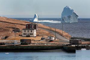 Małe kanadyjskie miasteczko w kilka godzin stało się sensacją. Powód - TAAAKA góra lodowa! [ZDJĘCIA]