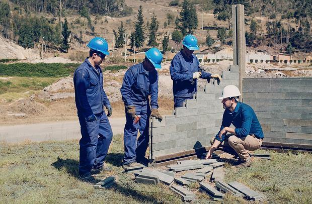 Pracownicy Conceptos Plasticos podczas budowy jednego z budynków.