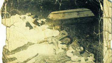 11 kwietnia 1943 r. nacjonaliści z UPA napadli na polsko-ukraińską wieś Chobułtowa w gminie Mikulicze, 12 km od Włodzimierza Wołyńskiego. Na zdjęciu ciała członków rodziny Rudnickich zamordowanych wraz z ludźmi pracującymi w ich gospodarstwie