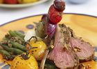 Comber jagni�cy z fasolk� szparagow�, pieczonymi pomidorkami i szasz�ykami z fety, czerwonej cebuli i oliwek