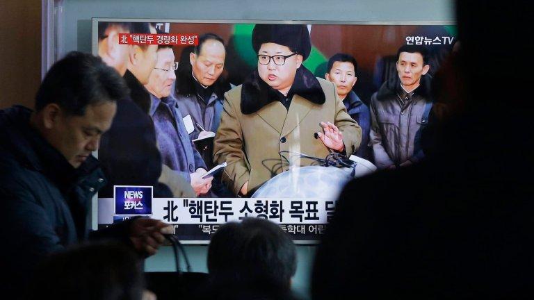 Ludzie oglądają TV na dworcu w Seulu. Lektor podał informację o nowych zminiaturyzowanych głowicach