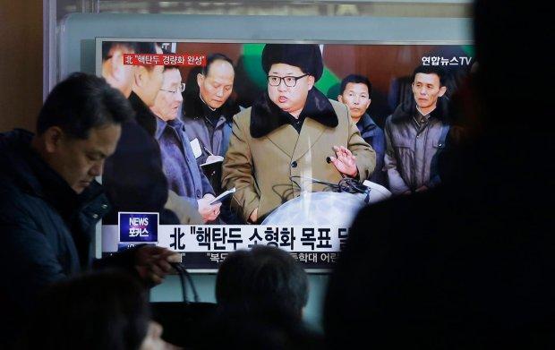 Ludzie ogl�daj� TV na dworcu w Seulu. Lektor poda� informacj� o nowych zminiaturyzowanych g�owicach