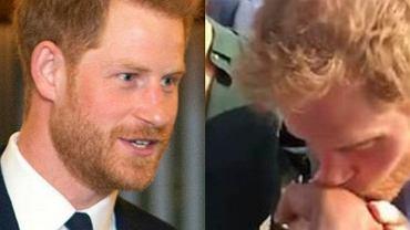 Książę Harry całuje rękę staruszki