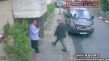 Dżamal Chaszodżdżi wchodzący do saudyjskiego konsulatu