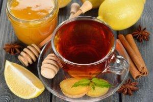 Gor�ca zimowa herbata z imbirem, miodem i cytryn�