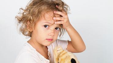 Wirusowe zapalenie opon mózgowych - jednym z objawów jest ból głowy.