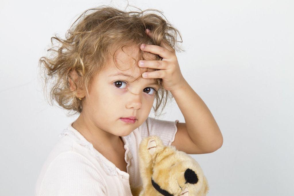 Ból głowy u dzieci może pojawiać się np. przy wadach wzroku, chorobach zakaźnych, zapaleniu ucha, czy też z powodu... głodu.