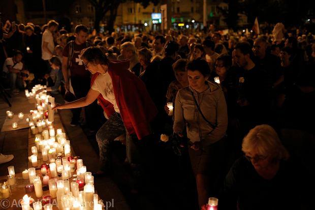 Zdjęcie numer 68 w galerii - Tłumy przed Sądem Okręgowym w Łodzi. Kolejny dzień protestów przeciwko zmianom PiS w sądownictwie [ZDJĘCIA]
