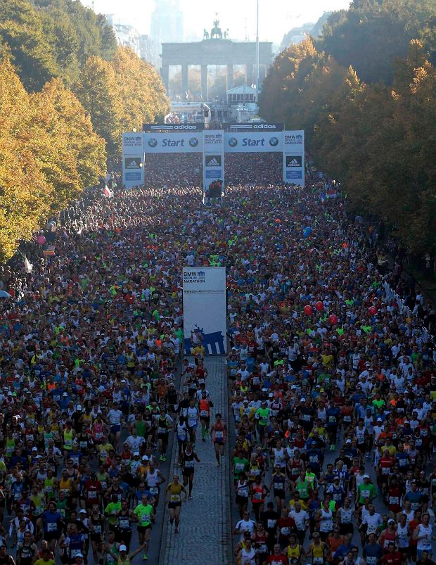 Runners start in front of Brandenburg gate for the 40th Berlin marathon, September 29, 2013. REUTERS/Tobias Schwarz (GERMANY - Tags: SPORT ATHLETICS TRAVEL) SLOWA KLUCZOWE: :rel:d:bm:GF2E99T0LKU01