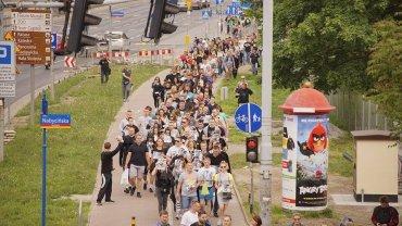 Sobotni marsz po śmierci Igora Stachowiaka na komisariacie policji. Manifestanci przeszli z pl. Solnego pod komisariat przy ul. Trzemeskiej