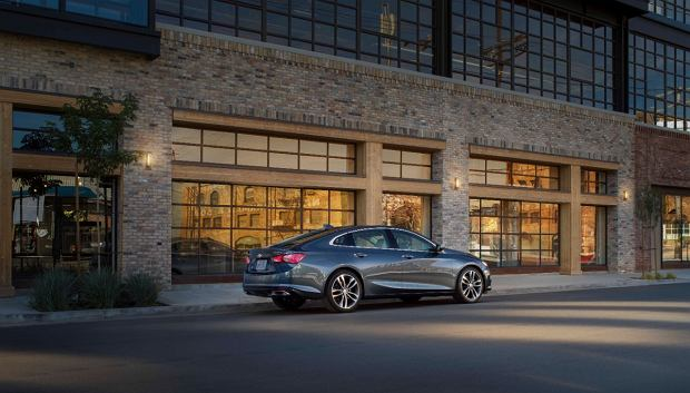 2019 Malibu Premier's new rear valance pushes the dual-exhaust outlets farther toward the corners, emphasizing the car's width, while new taillamps deliver a more dramatic execution of Chevrolet's signature dual-element design.