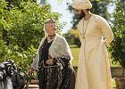 """""""Powiernik królowej"""": jak muzułmanin Abdul tchnął w królową Wiktorię nowe życie. Filmowa bombonierka z nutą chilli i kapitalną Judi Dench [RECENZJA]"""