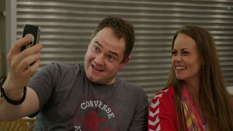 Amanda i Casper na moment przed wylotem na wakacje. Kadr z filmu 'Obcy w sieci'.