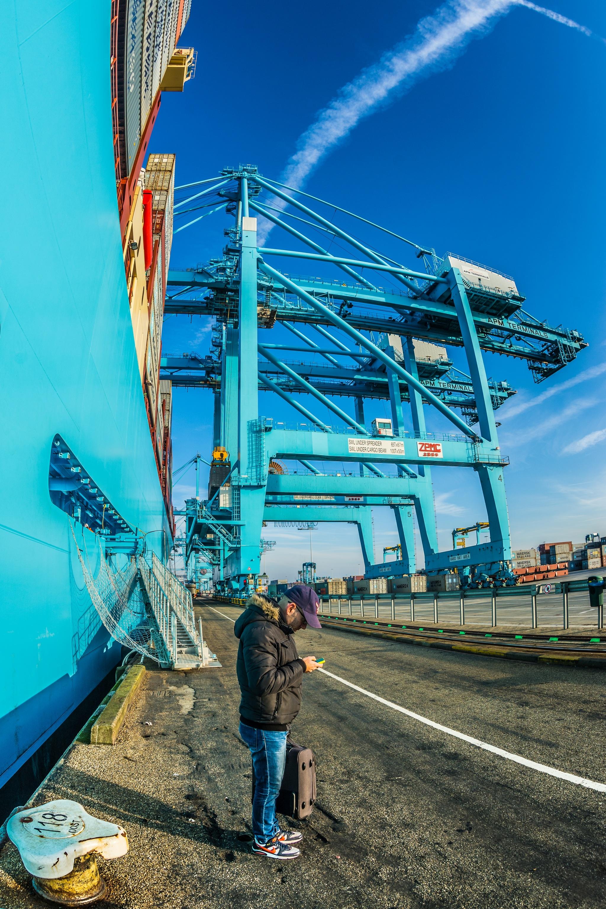 Mayview Maersk przy nabrzeżu APM Maasvlakte w Rotterdamie. Zarówno armator Maersk Line, w barwach którego pływa kontenerowiec, jak i operator portowy APM Terminals wchodzą w skład tej samej duńskiej grupy kapitałowej A.P. Moller-Maersk (fot. Robert Urbaniak)
