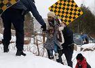 Uchodźcy i imigranci nielegalnie przekraczają granicę USA z Kanadą