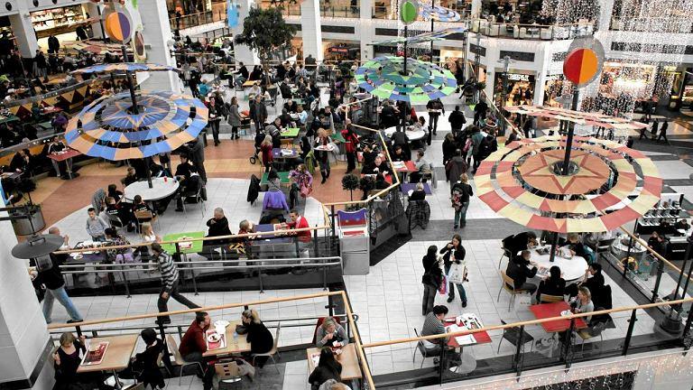 Tłumy na zakupach w centrum handlowym Arkadia w Warszawie
