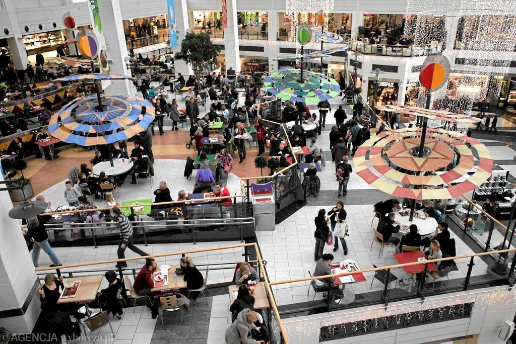 Tłumy na zakupach w centrum handlowym
