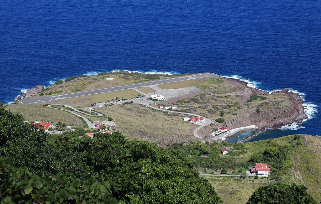 Lotnisko Juancho E. Yrausquin na wyspie Saba (fot. Fyodor Borisov / Wikimedia.org / CC BY-SA 3.0)