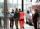Jedn� z uczestniczek wypadku ratownicy musieli przetransportowa� najpierw w�zkiem inwalidzkim, a potem na noszach