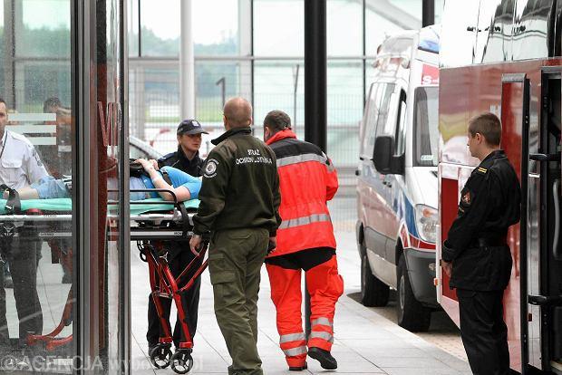Jedną z uczestniczek wypadku ratownicy musieli przetransportować najpierw wózkiem inwalidzkim, a potem na noszach