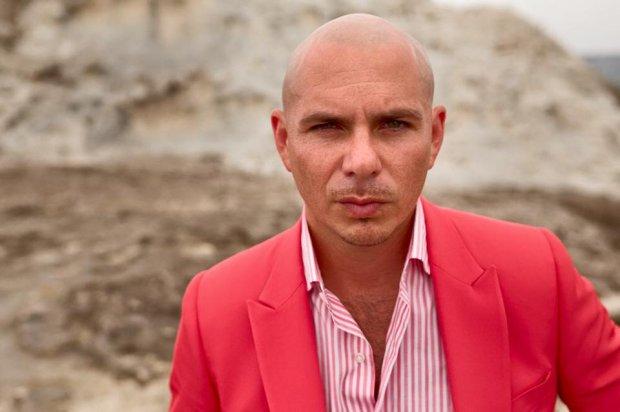 """Pitbull opublikował klip do piosenki """"Baddest Girl In Town"""", pochodzącej z wydanej w lipcu 2015 roku płyty """"Dale""""."""