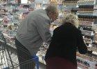 Starszy pan pomaga żonie wybrać idealny podkład. Poruszył milion serc. Tak wygląda miłość!