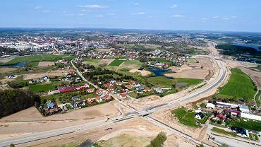 Kościerzyna to obecnie jedno z najbardziej zakorkowanych miast na Pomorzu. Oprócz ruchu  lokalnego, prowadzącego do i z Kościerzyny, kumuluje się tam bowiem sporych rozmiarów  ruch tranzytowy. Rezultatem są niemal stałe korki w centrum miasta, potęgujące się w  godzinach szczytów komunikacyjnych.