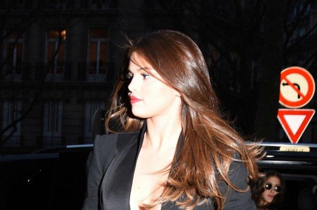 Selena Gomez od roku mocno lansuje swój nowy wizerunek. Koniec ze słodką gwiazdką Disney'a - teraz to świadoma siebie seksbomba. Jakie stylizacje przygotowała na paryski tydzień mody? Odważne.