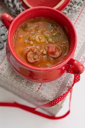 Hiszpańska zupa z zielonej soczewicy z chorizo