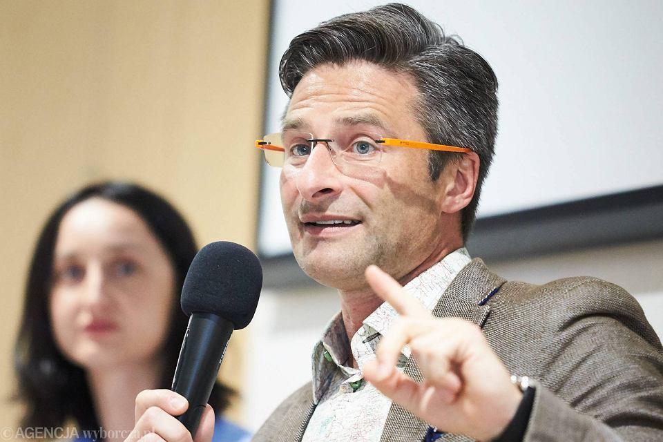 Ksiądz Krzysztof Charamsa na spotkaniu w sopockiej Sopotece, gdzie w ramach Dni Równości promował swoją książkę pt. 'Kamień węgielny. Mój bunt przeciw hipokryzji Kościoła